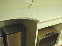 タイル仕上げのキッチンカウンター横
