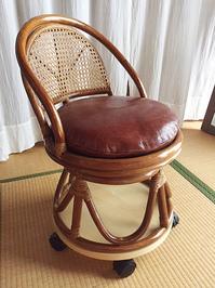 正円にカットした板を利用しキャスター付けした籐の椅子
