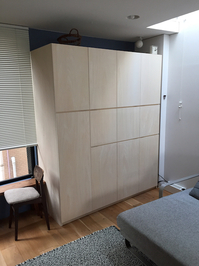 DIYで製作した扉付き壁面収納完成写真