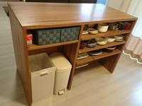 皿などがきれいに収まったカウンターテーブルのDIY作品