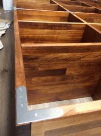 壁面収納本棚の背面に取り付けた補強金具