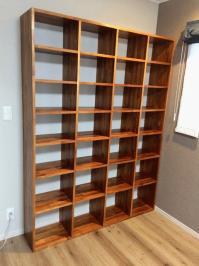 各段の高さを工夫した壁面収納本棚