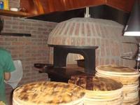 木製ピザプレートとピザ釜