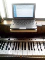 ピアノ前のノートPC置き板