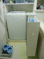 洗濯機脇の収納棚引出し式
