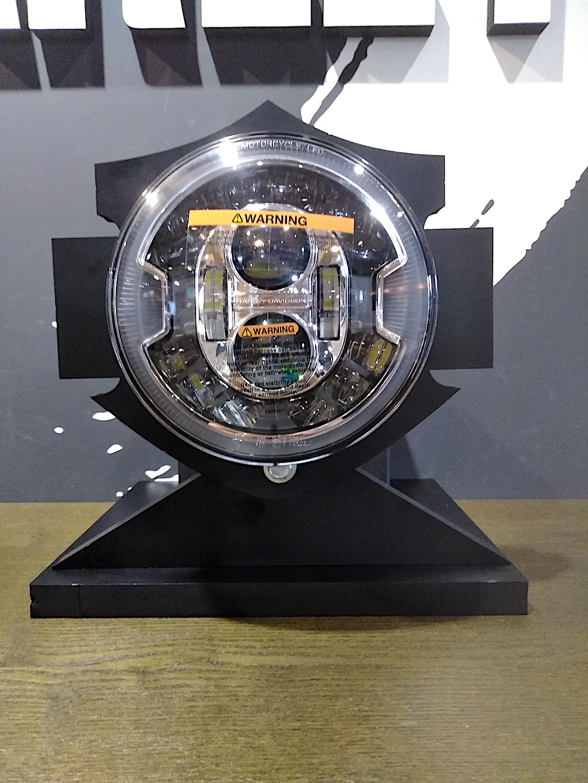 自作のヘッドライトの展示用スタンド